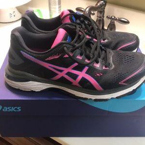 🌸ladies ASICS 2000 7 size 9 1/2 running shoe